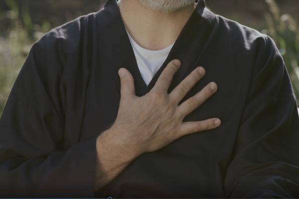 Hand auf dem Herzen